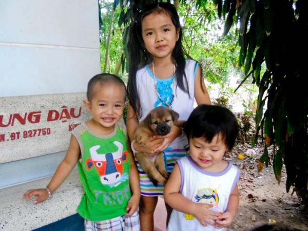 Enfants vietnamiens avec un chiot